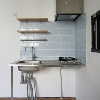 スタイリッシュなキッチンと薄水色のタイルがおしゃれ※写真は通電前のものです