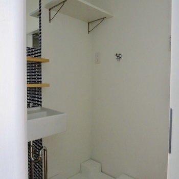 洗濯機置場の上には小棚もあります※写真は通電前のものです