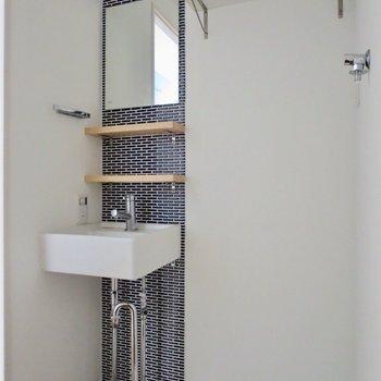 洗面台もタイルが貼ってあってステキです※写真は通電前のものです