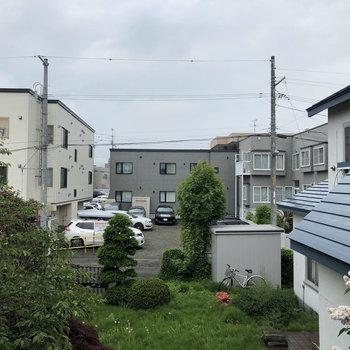 窓の外からは家々が見えます※眺望は別部屋です