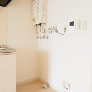 キッチンの横に洗濯機置場※写真は反転間取り別部屋です