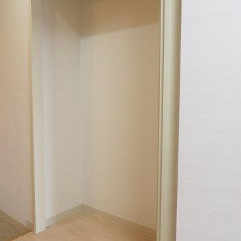 自分で棚を置きましょう※写真は反転間取り別部屋です