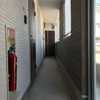 共用廊下は少し幅がコンパクト。大変なのは引っ越しの時くらい!