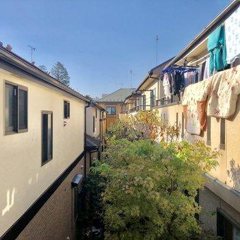 こちらは西側の窓からの眺望です。住宅地が広がります。