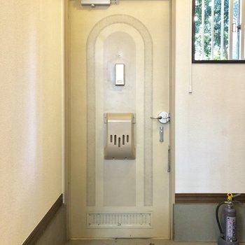 玄関は広め!小窓もあり換気も◎