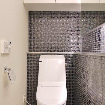 隣におトイレ。上に物置があるのは◎。※写真は、同タイプの2階部分。