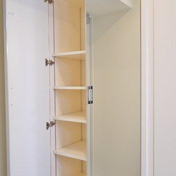 大容量のシューズBOXは、鏡張りで出かける前の最終チェック。※写真は、同タイプの2階部分。