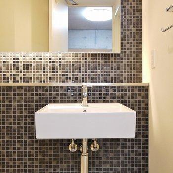 お洒落なショップのような洗面所。※写真は、同タイプの2階部分。
