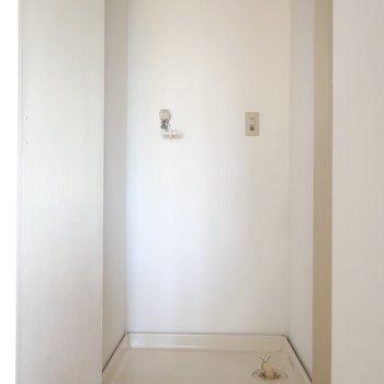 扉付きで隠せる洗濯パンは玄関脇にあります
