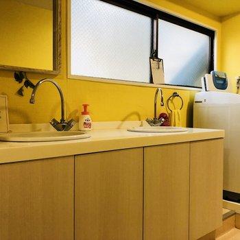 こちらは女性用の洗面台です。黄色いクロスがかわいい!