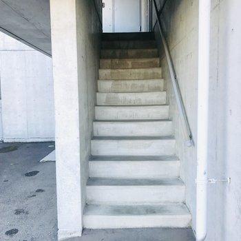 共用部の階段、ここをのぼってお部屋へ