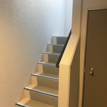 共用部の階段。結構シンプル!