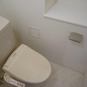 トイレはウォシュレットと棚も付いてます!※写真は6階の同間取り別部屋のものです