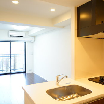 カウンターキッチンのあるリビング!※写真は6階の同間取り別部屋のものです
