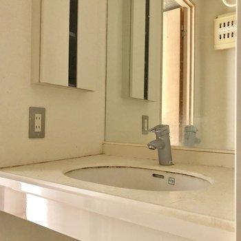 洗面台は、鏡が広いのがいい※写真は通電前・クリーニング前のものです。