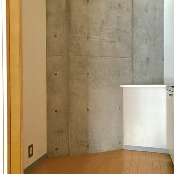 スペースが広いので、冷蔵庫と大きめの食器棚も置けそうですね※写真は通電前・クリーニング前のものです。