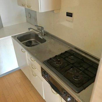 キッチンは、調理場スペースは勿論、食器置き場が広いのも嬉しい※写真は通電前・クリーニング前のものです。