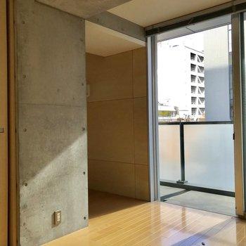 お次は、洋室。コチラにも窓があるのは嬉しい※写真は通電前・クリーニング前のものです。