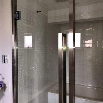 隣の浴室はスケルトン(※通電前の写真です)