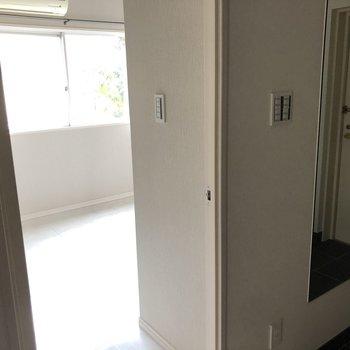 玄関の隣にお部屋が…(※通電前の写真です)