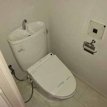 玄関の隣にトイレ!もちろん清潔感があります(※通電前の写真です)