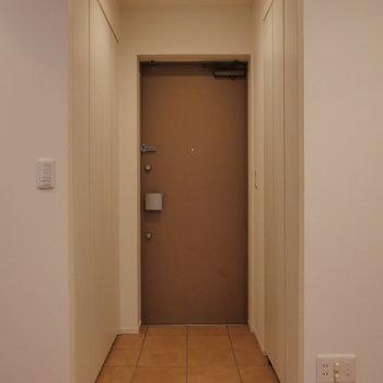玄関は上階部に。