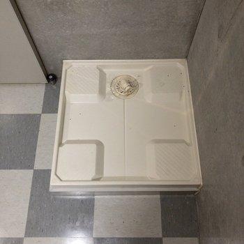 洗濯機置場はキッチンの後にあります。