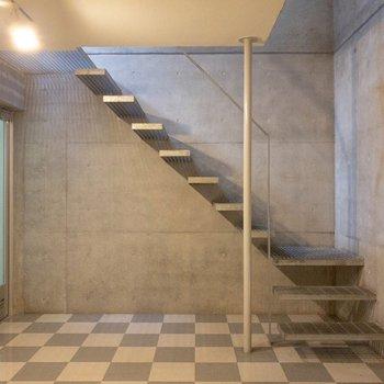 階段下にはステップシェルフを置きましょう!