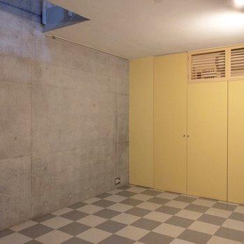 左側の壁には大きめのテレビが置けますね〜