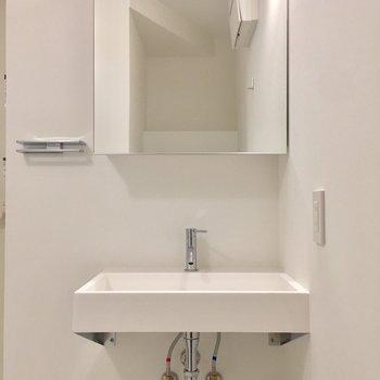 独立洗面台。鏡の裏には収納スペース!※写真は前回募集時のものです