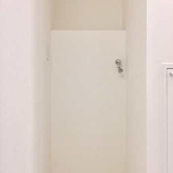 洗濯機置場は奥にあります。※写真は前回募集時のものです