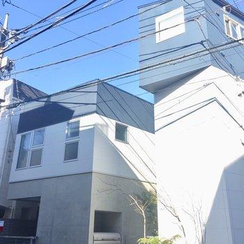 右側の2階建ての建物です。