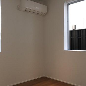 手前にはお部屋が。窓が2つ付いています。※写真は前回募集時のものです