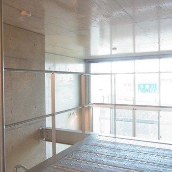 ロフトからの眺め。窓とコンクリの共演。※写真は3階の反転間取り別部屋のものです。