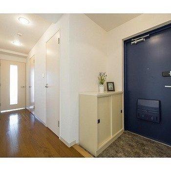 玄関もゆったり※写真は7階の反転間取り別部屋のものです