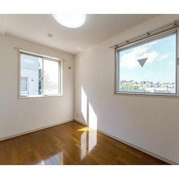 寝室も2面採光で明るいですね※写真は7階の反転間取り別部屋のものです