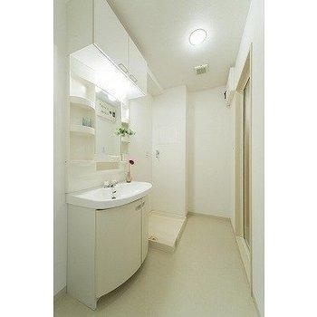 洗面も広々※写真は7階の反転間取り別部屋のものです