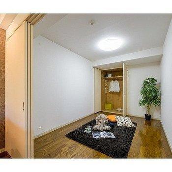 リビング横の個室です※写真は7階の反転間取り別部屋のものです