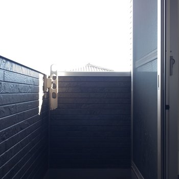 ベランダに出てきました。狭すぎず。隣の部屋のベランダと近いので気になる方は注意。