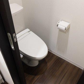 トイレは洗面台の横にあります。