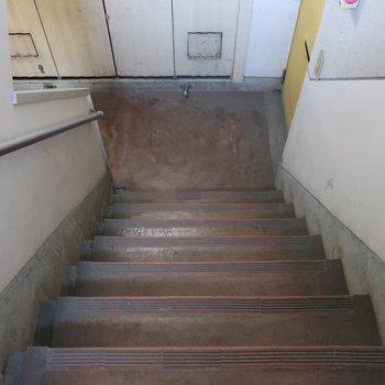 お部屋までは階段!結構急なので手すりに頼りましょう◎