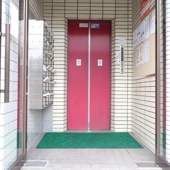 赤いエレベーター扉がポイント!
