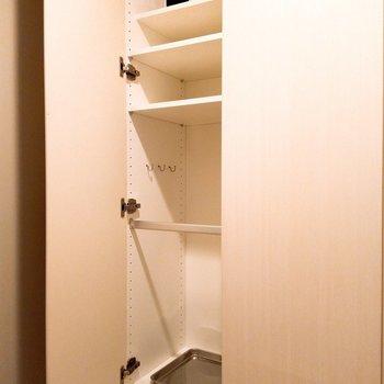 左側にはシュークローゼット ※写真は3階の同間取り別部屋のものです