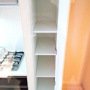 キッチン横にも収納あります! ※写真は3階の同間取り別部屋のものです