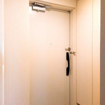 玄関は白基調 ※写真は3階の同間取り別部屋のものです