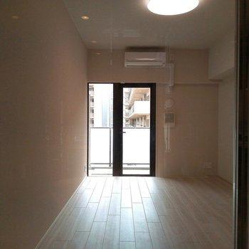 お風呂からの眺め(逆光で陰ってしまっていますが、本来はより明るいです!) ※写真は3階の同間取り別部屋のものです