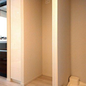 前から洗濯機、冷蔵庫の順番 ※写真は3階の同間取り別部屋のものです
