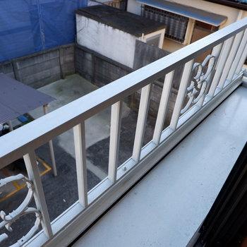 リビング側の窓の外には観葉植物など置けそう。※写真は前回募集時のものです