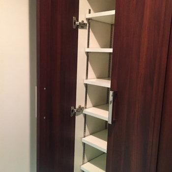 靴箱。反対は鏡です。※写真は4階の同間取り別部屋のものです