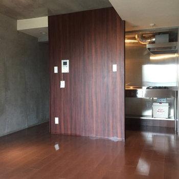 キッチンが少し隠れてていい。※写真は4階の同間取り別部屋のものです